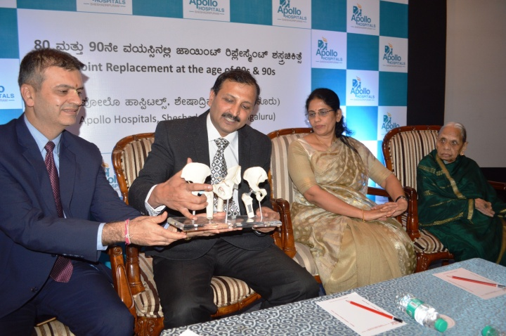 from left . vasudev prabhu, senior orthopedic, dr. anitha, granddaughter of lakshmamma, and lakshmamma who has recovered post-surgery 02 (2)