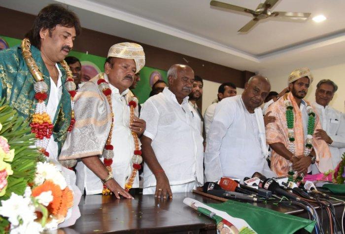 Madhu Bangarappa H K Kumaraswamy Nikhil-1562241613
